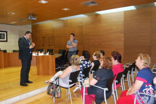 El alcalde y los ediles de Mujer y Servicios se reúnen con las asociaciones de amas de casa, Foto 1