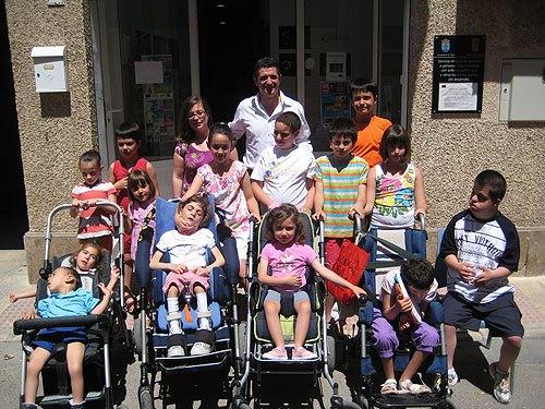 Chendo visita la asociación D'Genes, Foto 1