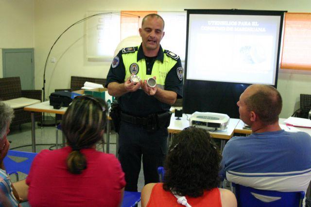 La Policía Local de Totana muestra a los padres cómo deben actuar frente al consumo de las drogras entre los jóvenes, Foto 1