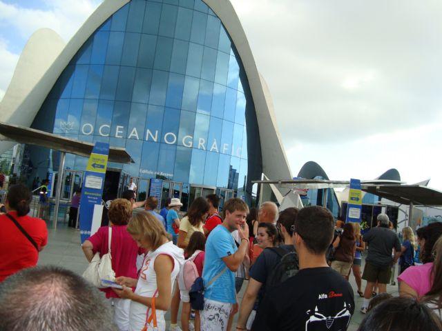 Medio centenar de personas asiste al viaje a la Ciudad de las Artes y las Ciencias de Valencia, enmarcado en el programa Verano Joven 2010, Foto 3