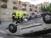Los servicios municipales de emergencias asisten a un herido grave que resultó de un accidente en el cruce de las calles Mallorca con la Cárcel