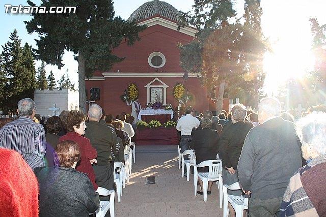 Autoridades municipales acuden a la tradicional Misa de Ánimas en el cementerio municipal Nuestra Señora del Carmen, Foto 1