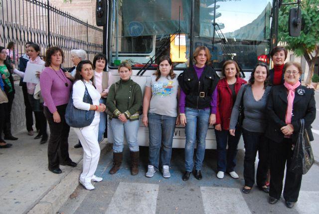 La concejal de Mujer e Igualdad de Oportunidad visita el aula móvil Internet a tu medida, Foto 1