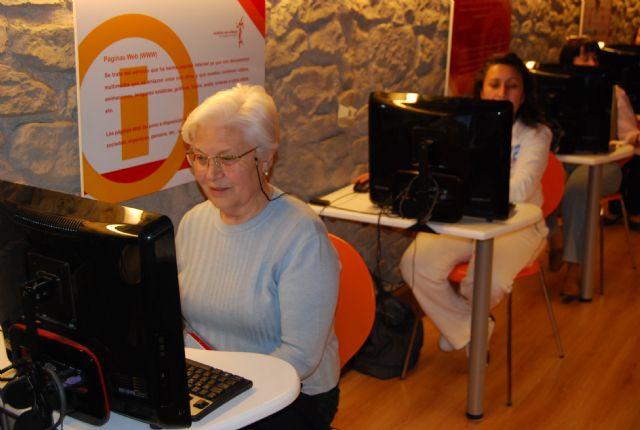 La concejal de Mujer e Igualdad de Oportunidad visita el aula móvil Internet a tu medida, Foto 2