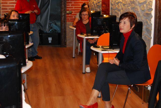 La concejal de Mujer e Igualdad de Oportunidad visita el aula móvil Internet a tu medida, Foto 3