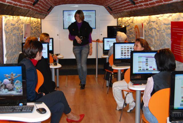 La concejal de Mujer e Igualdad de Oportunidad visita el aula móvil Internet a tu medida, Foto 4