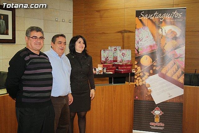 La Asociación de Pasteleros Artesanos de Totana presenta el nuevo diseño y formato de las cajas de Santiaguitos, dulces típicos de Totana, Foto 1