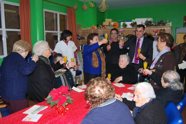 City officials compliment the Easter holiday to users of the Service Day Care Center Alzheimer's, Foto 1