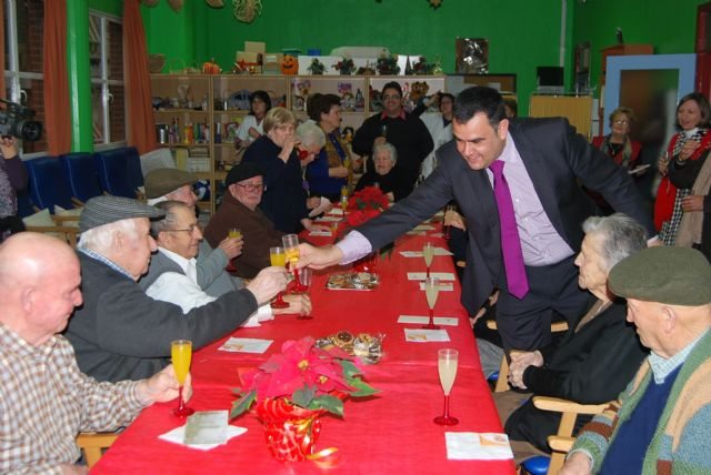 City officials compliment the Easter holiday to users of the Service Day Care Center Alzheimer's, Foto 2