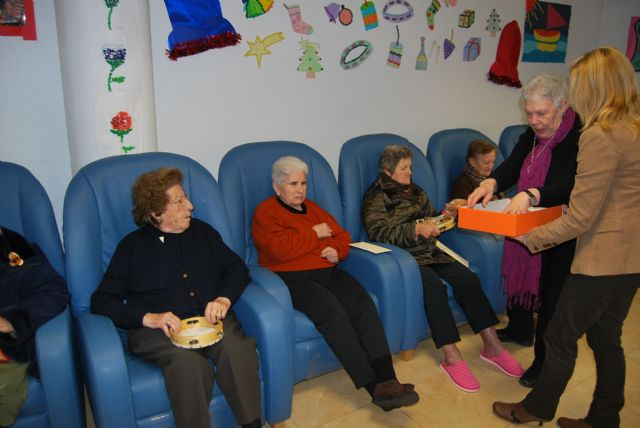 City officials compliment the Easter holiday to users of the Service Day Care Center Alzheimer's, Foto 3