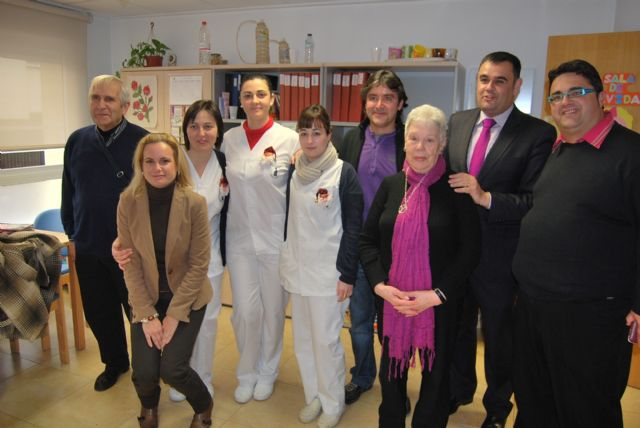City officials compliment the Easter holiday to users of the Service Day Care Center Alzheimer's, Foto 4