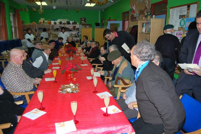 City officials compliment the Easter holiday to users of the Service Day Care Center Alzheimer's, Foto 5
