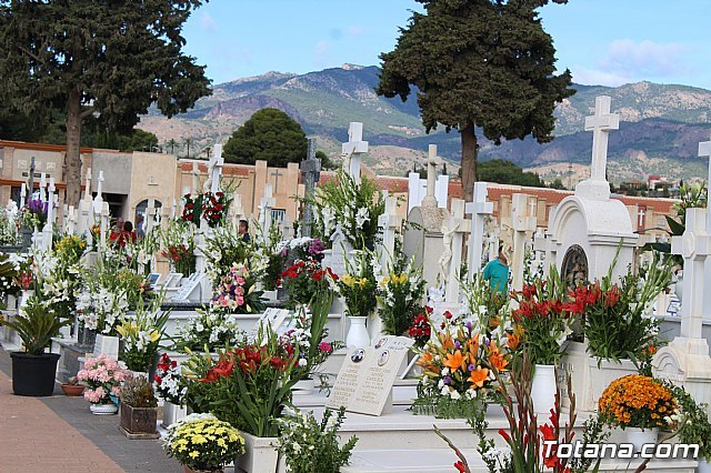 They urge users to make their floral orders on the occasion of All Saints' Day in order to avoid visits and crowds to the cemetery