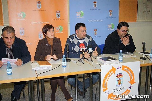 Decenas de vecinos participan en la asamblea vecinal en El Paretón-Cantareros, Foto 1
