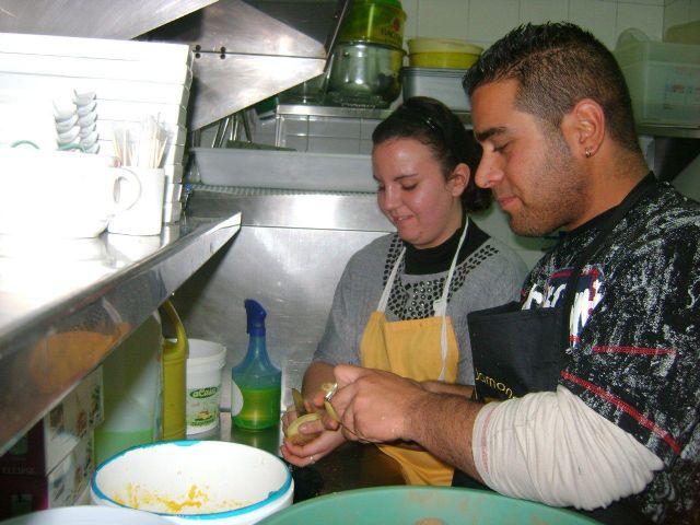Más de una veintena de personas realizan cursos de cocina, habilidades sociales e informática, Foto 2