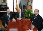 El alcalde de Alhama de Murcia recibe a Jes�s Samper