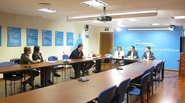 El PP regional se reúne con representantes de la Asociación de Enfermedades Raras de la Región de Murcia, Foto 1