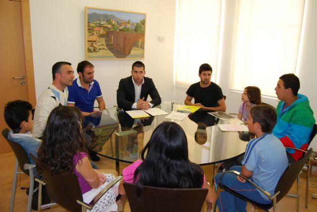 Sergio López y Juan Antonio Ambit se reúnen con los niños que participan en la eduteca Alvagón para conocer sus necesidades, Foto 1