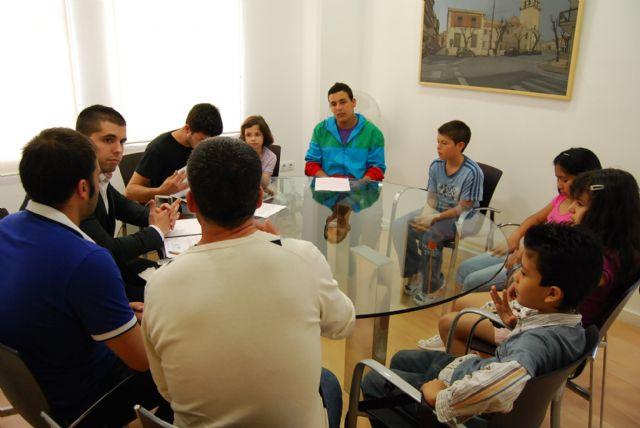 Sergio López y Juan Antonio Ambit se reúnen con los niños que participan en la eduteca Alvagón para conocer sus necesidades, Foto 2
