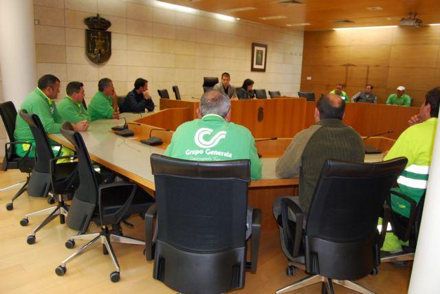 Los trabajadores del servicio de jardinería conocen de primera mano el nuevo proceso de contratación del servicio municipal que se va a llevar a cabo, Foto 2