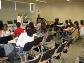 M�s de veinte mujeres terminan un curso de ingl�s