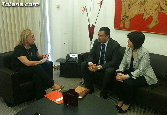 El alcalde y la concejal de Turismo se reúnen con la consejera de Presidencia, Foto 1