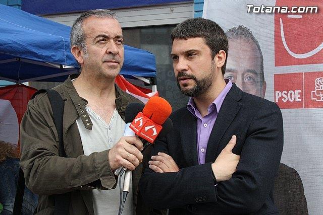 Rueda de prensa. Juan Francisco Otálora y Joaquín López Pagán en el mercadillo semanal de Totana, Foto 1
