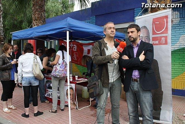 Rueda de prensa. Juan Francisco Otálora y Joaquín López Pagán en el mercadillo semanal de Totana, Foto 2