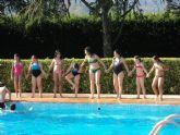 Más de cien niños, que participan diariamente en las edutecas, disfrutaron de una jornada lúdica en la piscina municipal de Totana