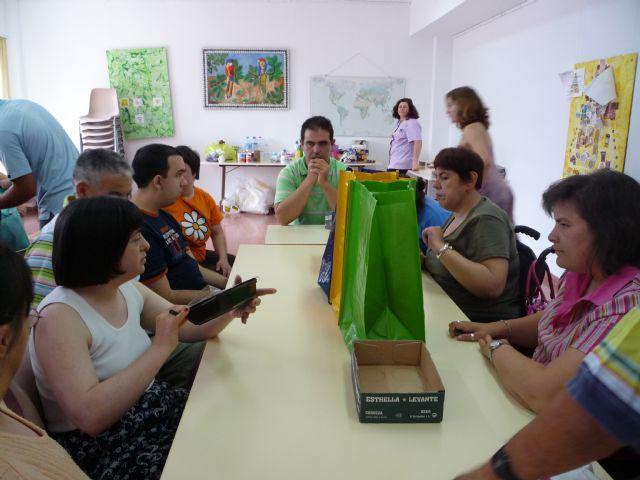 Los usuarios del Centro Ocupacional José Moyá llevan a cabo un taller medioambiental, Foto 1