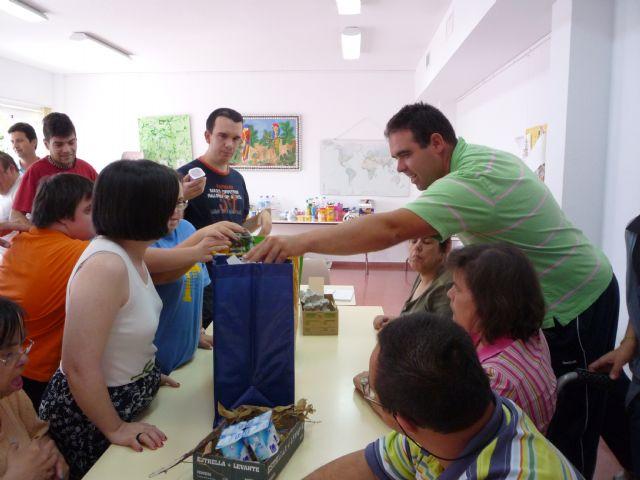 Los usuarios del Centro Ocupacional José Moyá llevan a cabo un taller medioambiental, Foto 2