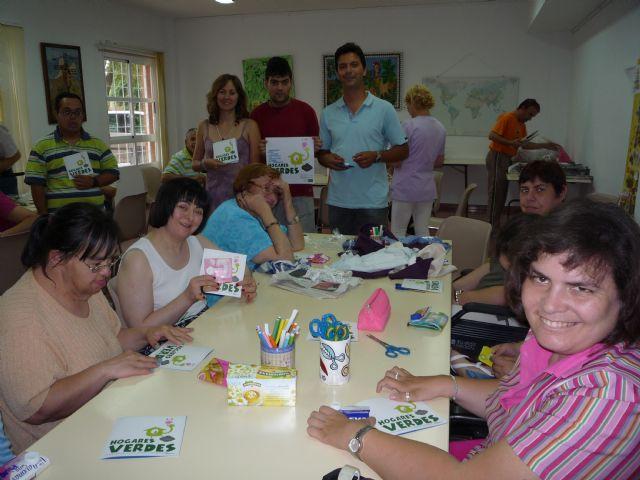 Los usuarios del Centro Ocupacional José Moyá llevan a cabo un taller medioambiental, Foto 3