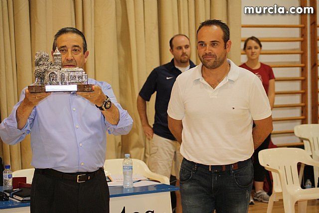 Autoridades municipales hacen entrega de un recuerdo de Totana a los equipos, UCAM CB Murcia y la Universidad de Stanford, Foto 1