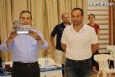 Autoridades municipales hacen entrega de un recuerdo de Totana a los equipos, UCAM CB Murcia y la Universidad de Stanford