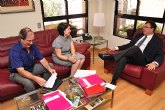 Reunión de trabajo del consejero de Universidades, Empresa e Investigación con la alcaldesa de Totana