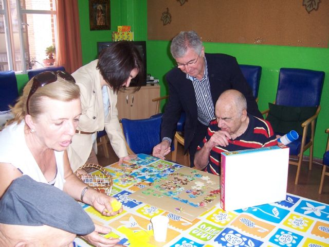 El director general de Personas Mayores junto con la alcaldesa de Totana y la concejal de Atención Social visitan los tres centros en los que se ofrece atención especializada a los mayores, Foto 4