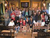 El alcalde recibe a una veintena de alumnos del