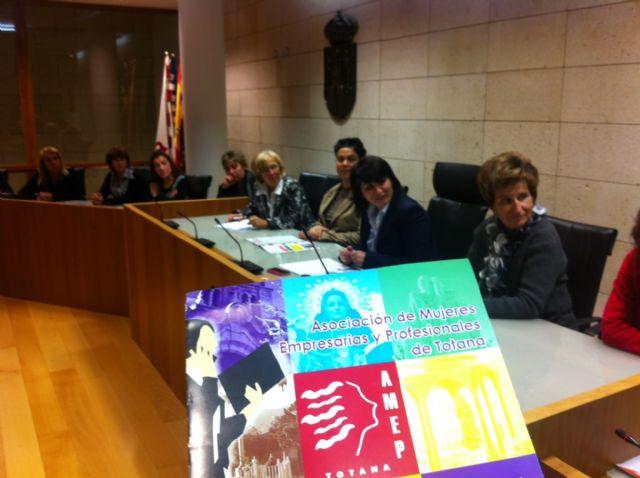 La alcaldesa de Totana anima a las mujeres empresarias a continuar trabajando y emprendiendo, Foto 1