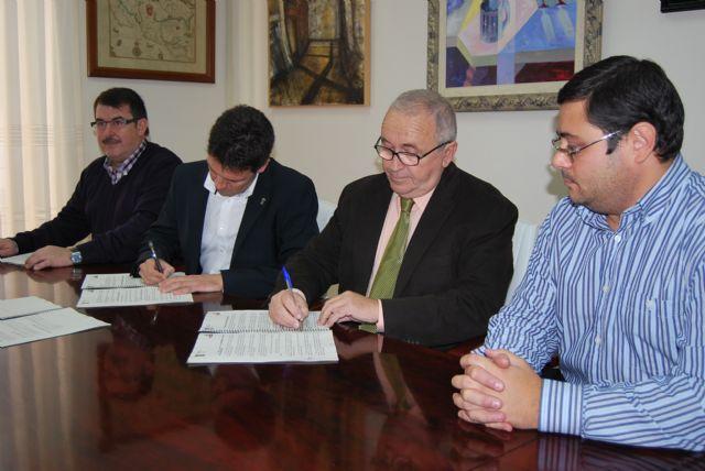 El Ayuntamiento firma un convenio con el Proyecto Abraham para la instalación de contenedores de ropa, calzado y juguetes usados, Foto 1