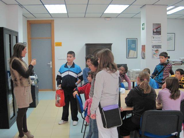 Alumnos del Ricardo y Codorniu visitan el Archivo municipal, Foto 1