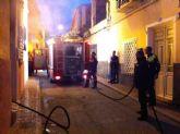 Protección Civil y Policía Local participan en sofocar un incendio que se declaró en la calle las Parras