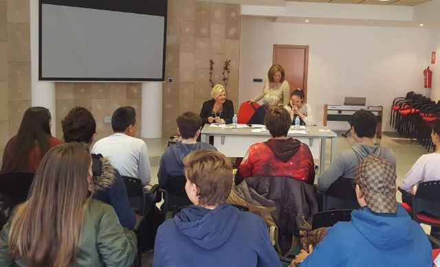 Una charla aborda la violencia de género a través de cinco generaciones - 1, Foto 1