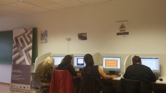 El Colectivo El Candil inicia en Totana un curso de formación de Informática Básica - 2, Foto 2