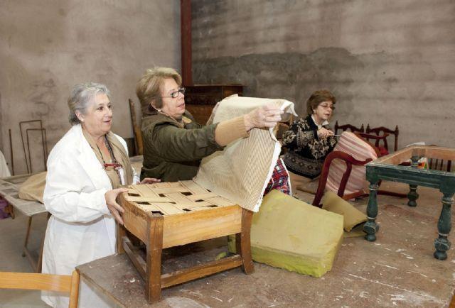 Cartagena / las amas de casa se guisan sus muebles viejos   murcia.com