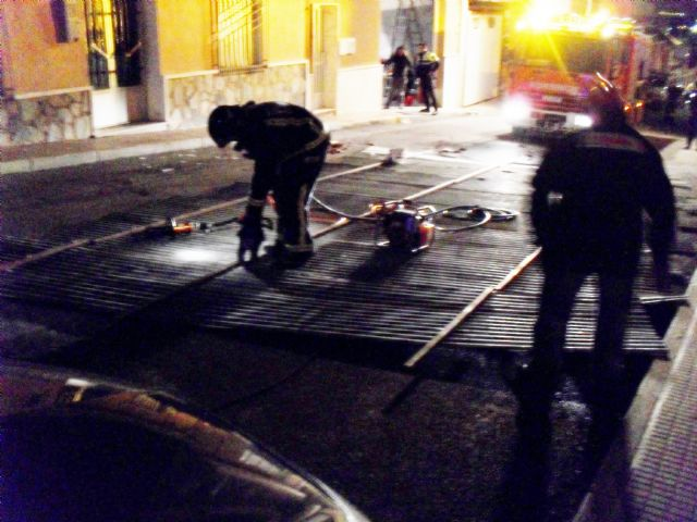 Protección Civil y Bomberos retiran un tejado de chapa que arrancó el temporal de viento en una vivienda de la calle España, Foto 1