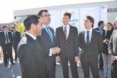 El alcalde acompaña al consejero de Universidades, Empresa e Investigaci�n en la visita a una cubierta solar ubicada en el pol�gono de Alhama