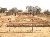 El pasado Martes, 7 de Febrero, comenzaba en un lejano rincon perdido del Africa más ancestral la construcción de un nuevo colegio - Foto 7