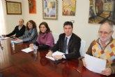 El alcalde, acompañado por la concejala de Educaci�n, el director del IES Valle de Leiva y la presidenta del AMPA, explica los motivos que ha llevado a decidir la ubicaci�n del nuevo edificio en Nueva Espuña