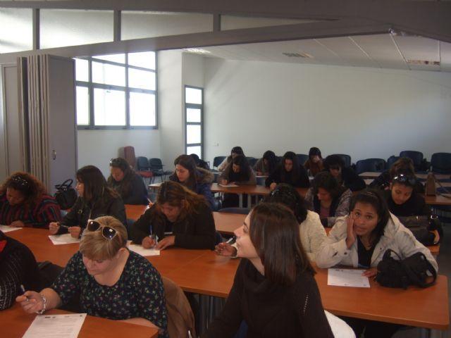 Más de una treintena de personas se presentan a la prueba de selección del curso Auxiliar de centros de estética y belleza, Foto 3