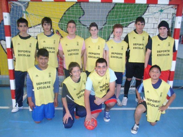 Los equipos de Fútbol Sala cadete masculino del Colegio Reina Sofía y juvenil masculino del IES Prado Mayor participaron en los cuartos de final de la fase intermunicipal de Deporte Escolar, Foto 1